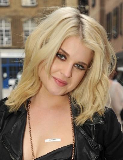 Kelly-Osbourne-Blonde-Medium-Layered-Haircuts