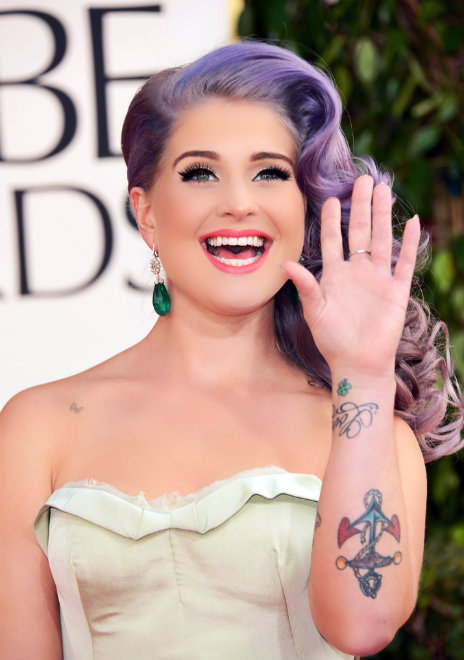 kelly-osbourne-purple-hair-waving-golden-globes
